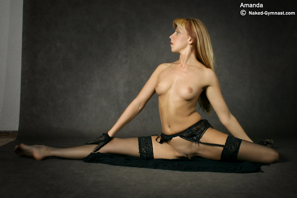Splits nude contortion