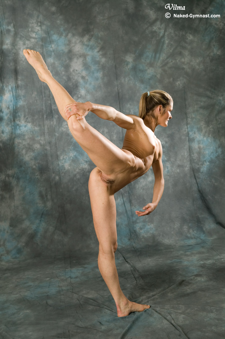 Nude Gymnast In Eclusive Contortion Performance